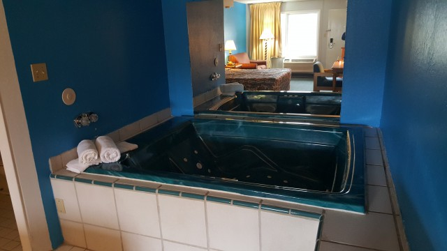 Jacuzzi Suite Large Deluxe Smoking At The Economy Inn And